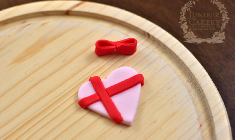 fondant ribbon on heart box