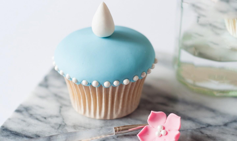decorating blue fondant cupcake