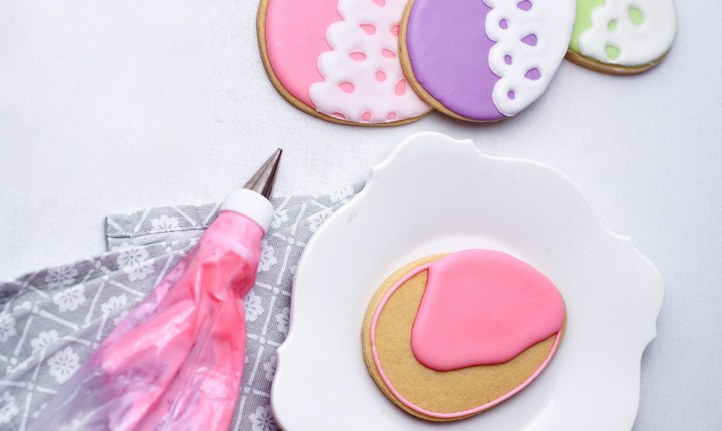 piping and flooding egg cookie