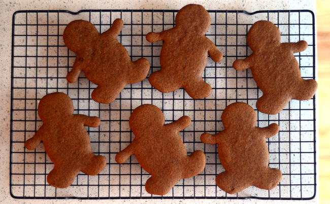 gingerbread men on a wire rack