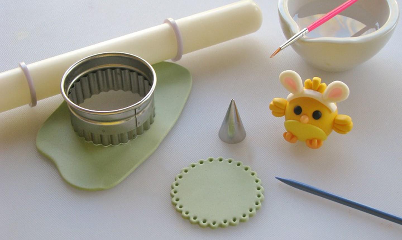 making green fondant cake topper base