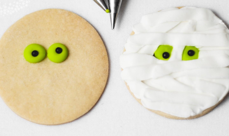 decorating halloween mummy cookie