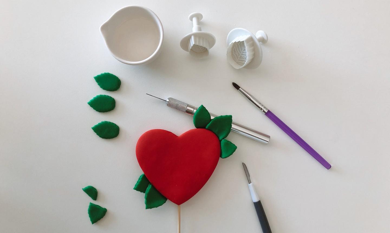 making heart cake topper