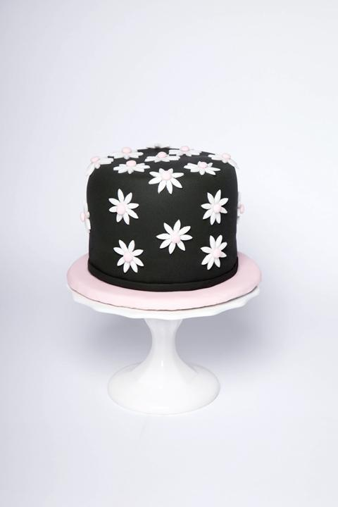 Bluprint Member Cake - Black Cake with White Daisies