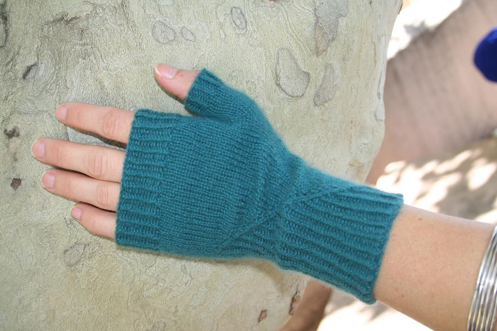 Featherweight cashmere gloves