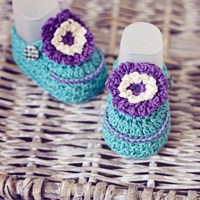 Violet flower crochet baby booties
