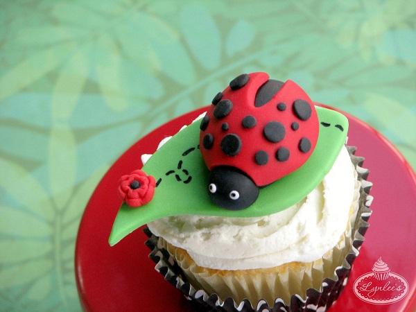 How to Make a Fondant Ladybug - Free Cake Decorating Tutorial