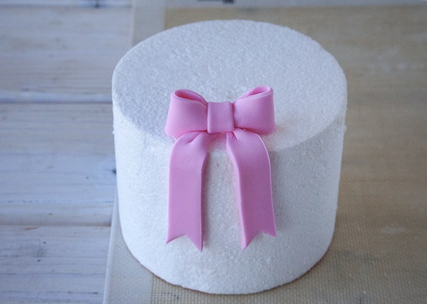 Placing Your Mini Fondant Bow - Crafty.com