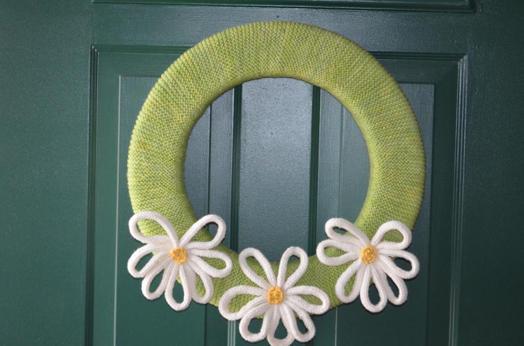 www.craftsy.com:Knitted daisy wreath
