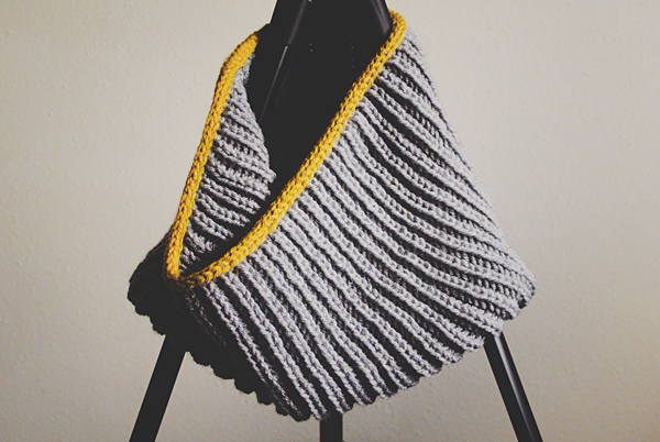 Contrasting i-cord border on cowl