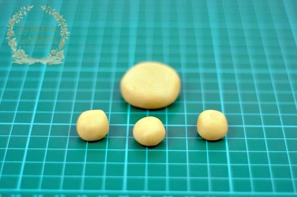 Fondant balls for mini french pastries