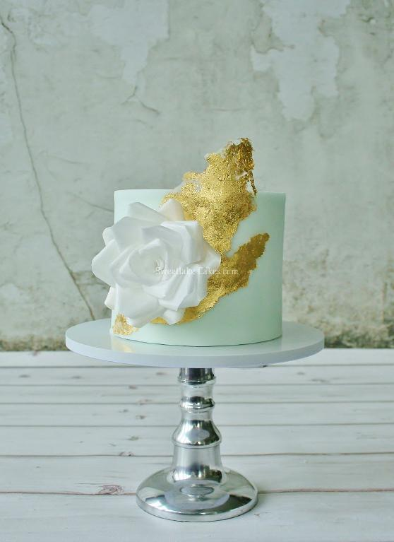 Wafer paper rose and gold leaf cake by Tamartaartje