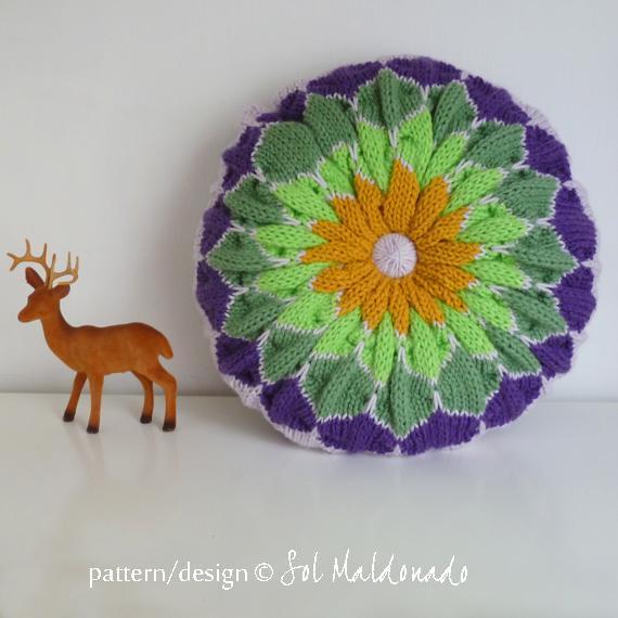 Round knit pillow - Pattern on Bluprint.com