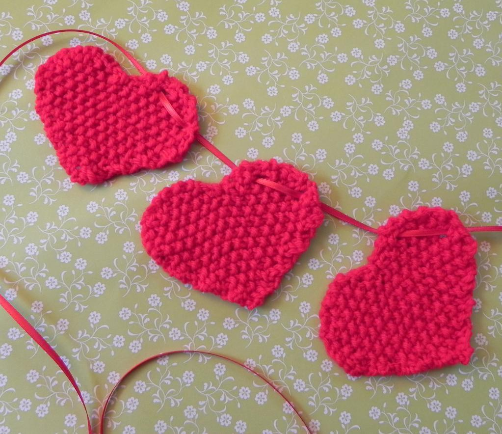 Little hearts knitted garland