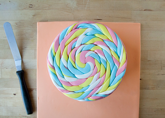Complete lollipop disk made of fondant ropes