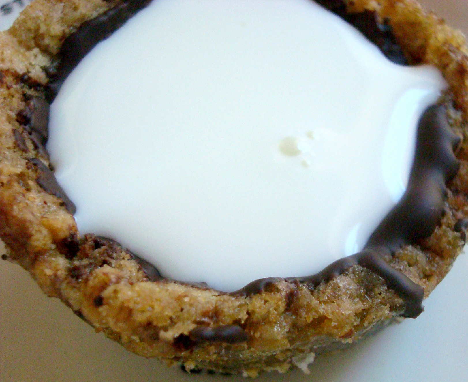 Cookie cup lined with chocolate, filled with milk