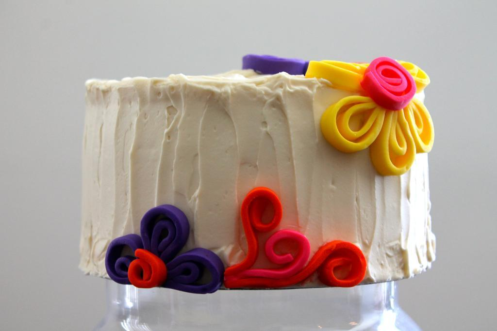 Simply sweet buttercream cake with quilled shapes