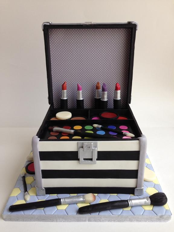 Makeup case cake by Bluprint member Irina Salazar