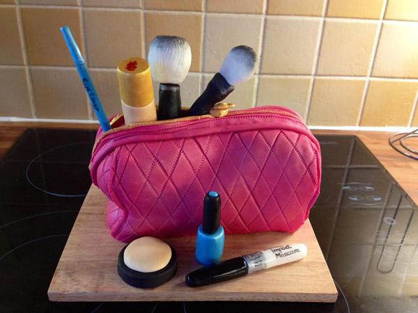 Make-up bag cake by Bluprint member Elke M