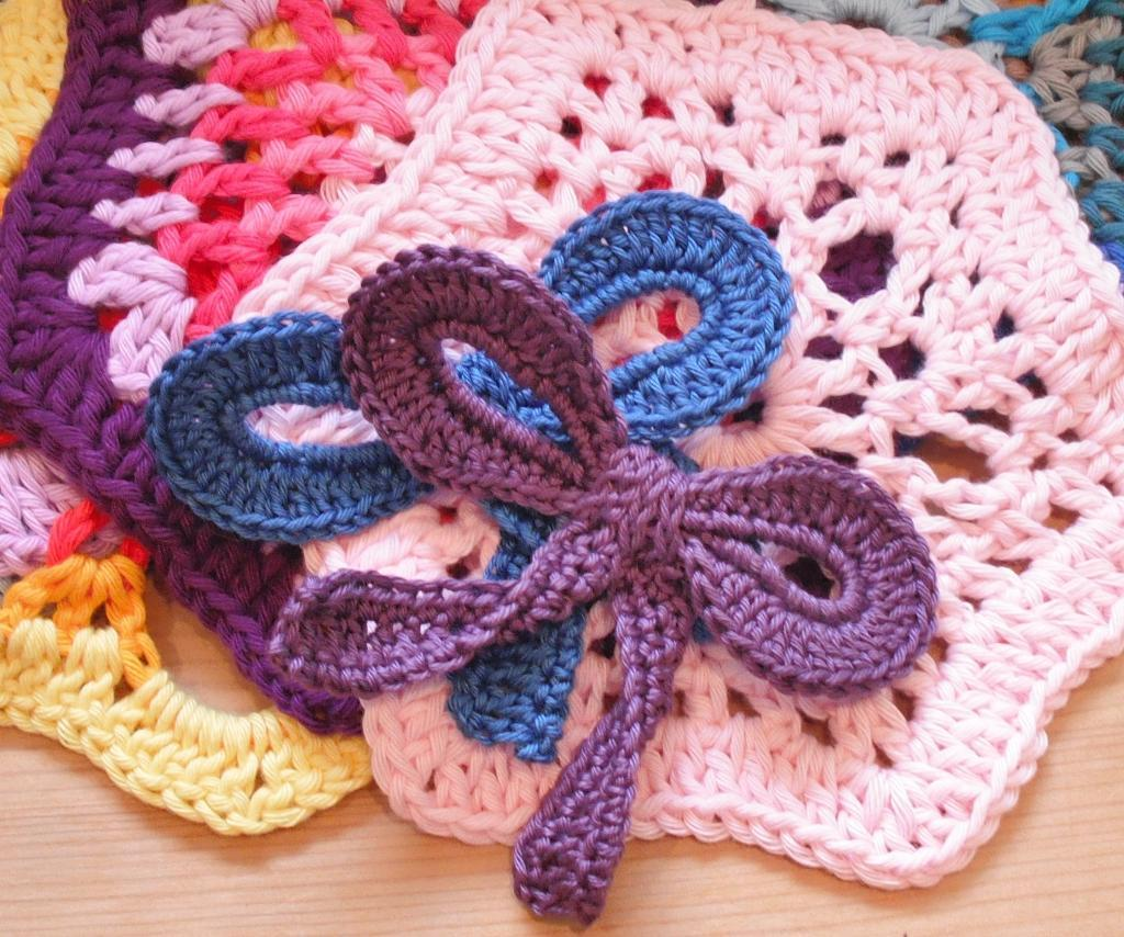 Bow Beautiful crochet brooch