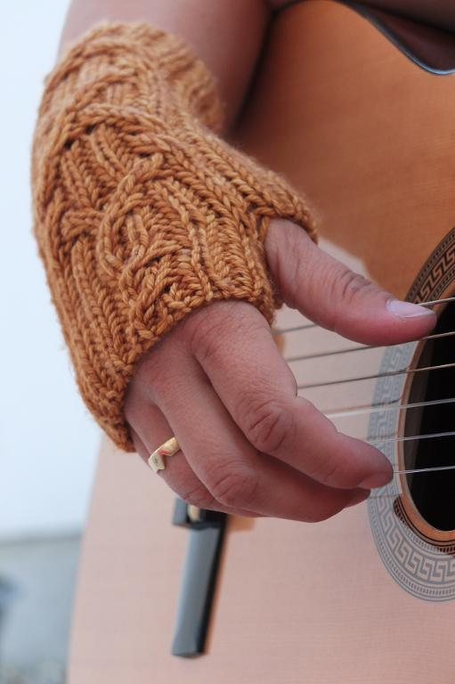 Knitted mittens for guitar players
