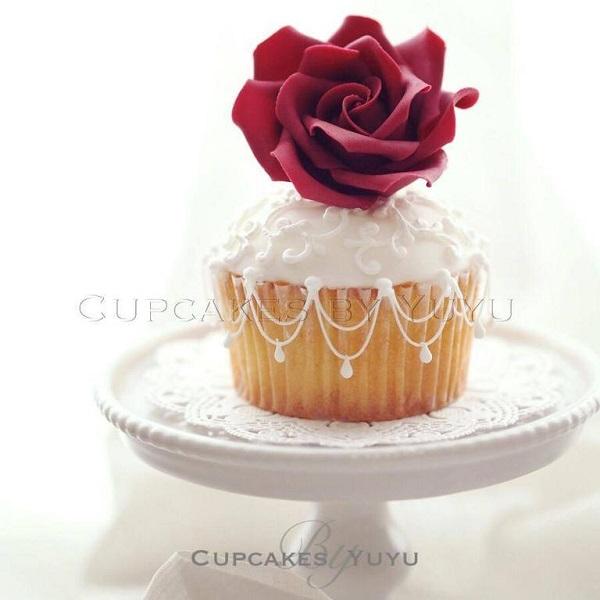 Royal Icing Stringwork cupcake