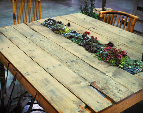 Planted pallet table is attractive indoor garden design