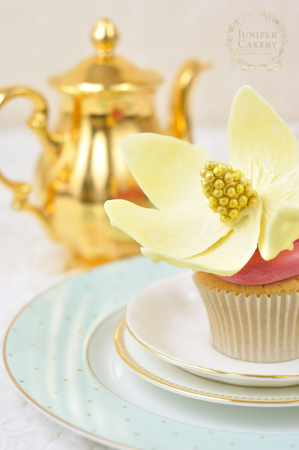 Make your own chocolate flower for cakes and cupcakes