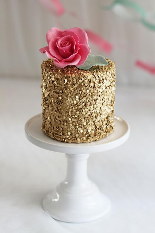 Gold sequin cake by Sockerrus