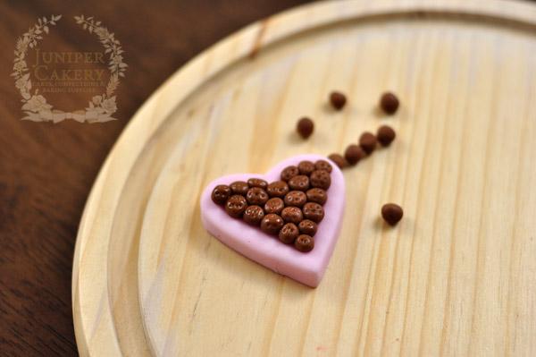 Tiny fondant heart-shaped chocolate box tutorial for cupcakes