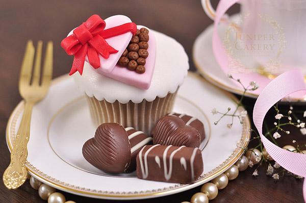Mini fondant chocolate box cupcake topper tutorial by Juniper Cakery