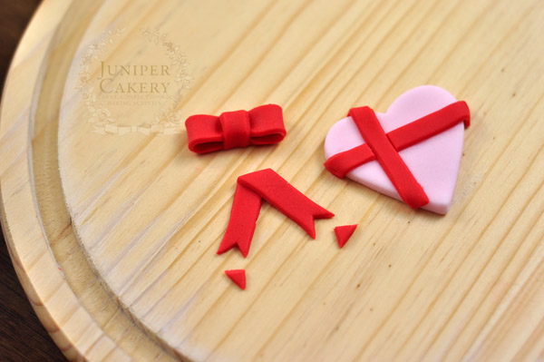 How to make a tiny fondant bow by Juniper Cakery