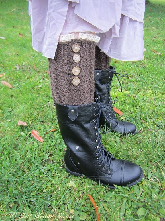 Dainty Cable Leg Warmers knitting pattern