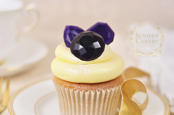 Make sugar glass isomalt gems with this handy cupcake decorating tutorial by Juniper Cakery