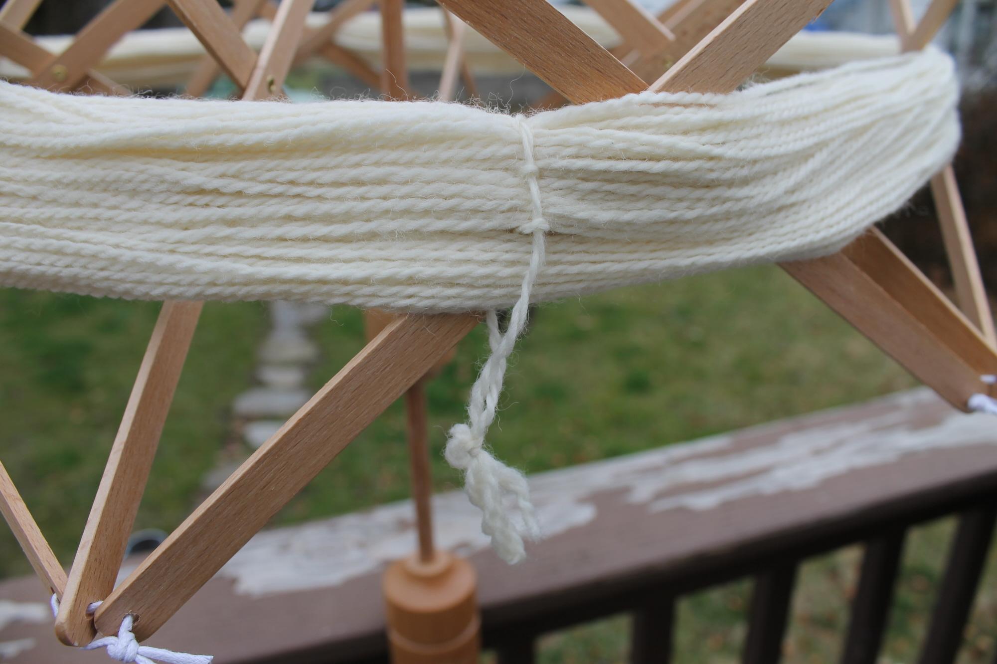 Untying yarn on a yarn swift