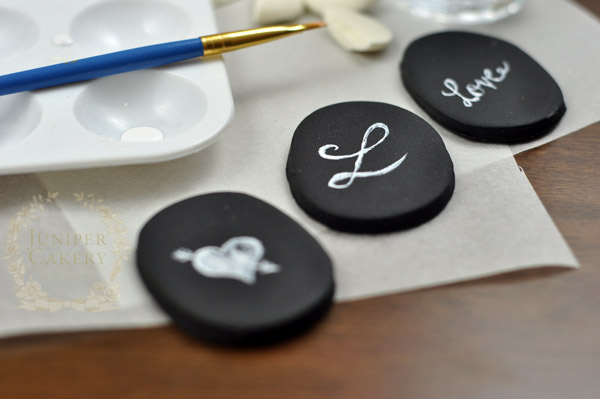 Make edible fondant chalkboard cupcake toppers by Juniper Cakery