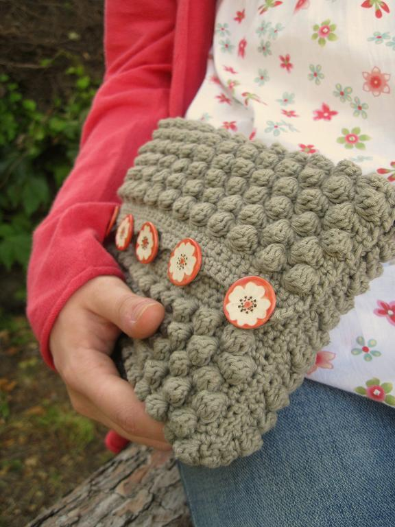 Bobble Bee clutch crochet pattern