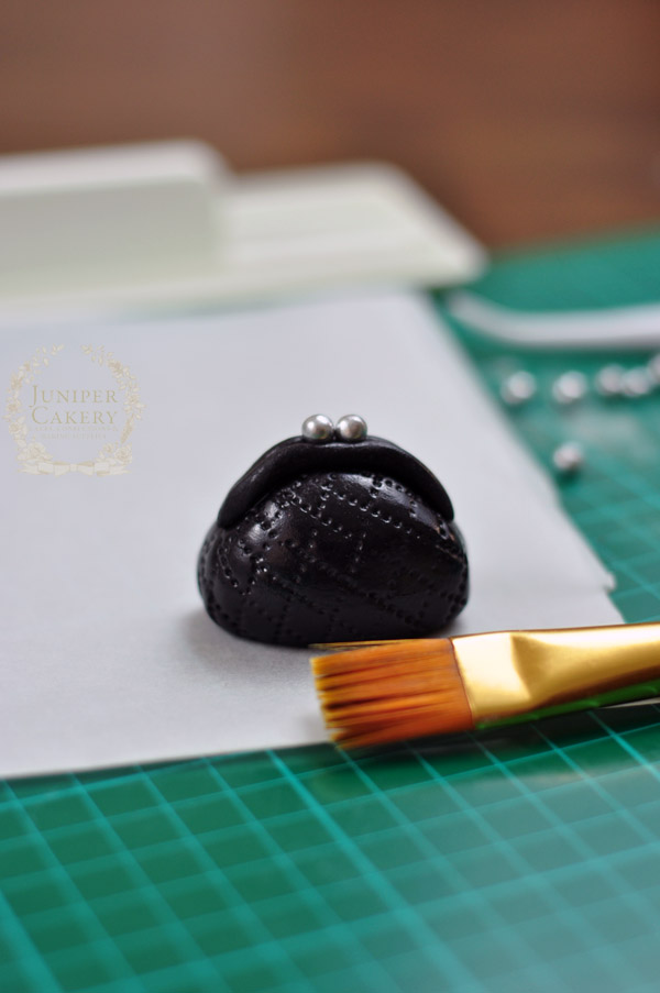 Step by step tutorial on how to make a fondant purse by Juniper Cakery