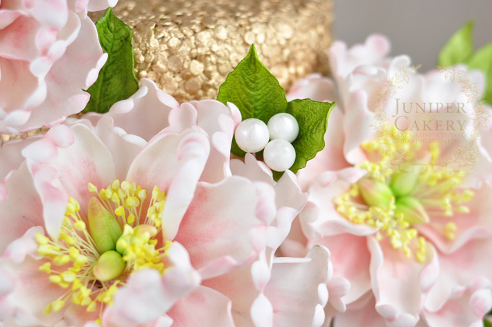Create stunning sugar flower arrangements for cakes with this handy how-to