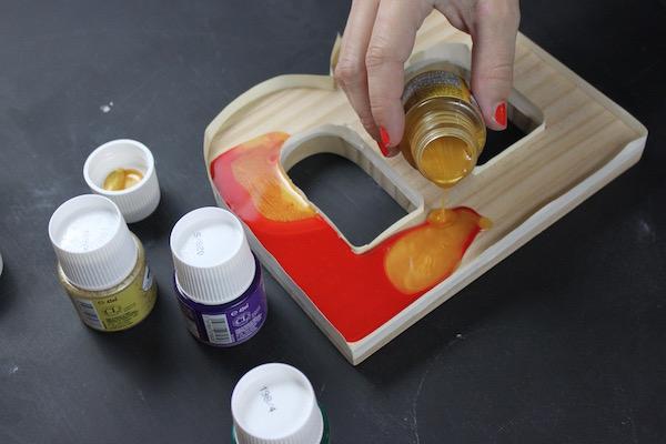Pouring fantasy prisme paints