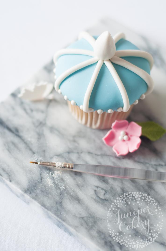 Use this handy tutorial to make romantic birdcage wedding cupcakes!
