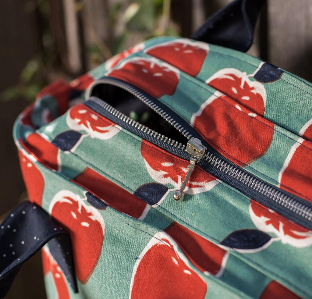 Recessed zipper opening to Green Bee Patterns On Holiday Bag