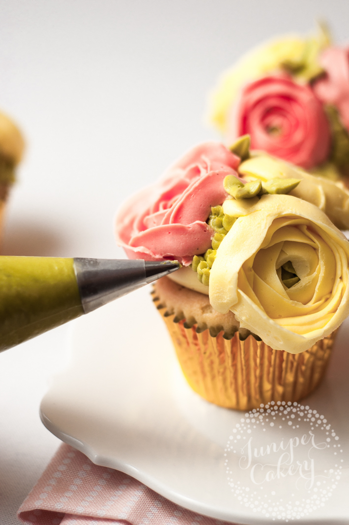 Make pretty buttercream ranunculus flower cupcakes with this sweet tutorial