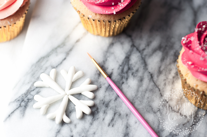 Tutorial - how to make fondant snowflakes for cakes and cupcakes