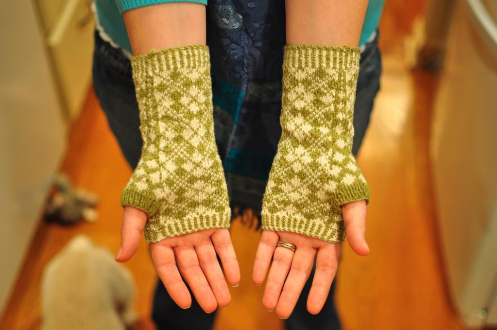 Argyle Wrist Warmers Knitting Pattern