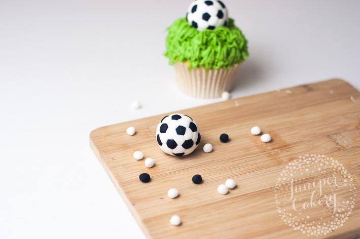 Step by step tutorial for easy fondant soccer balls