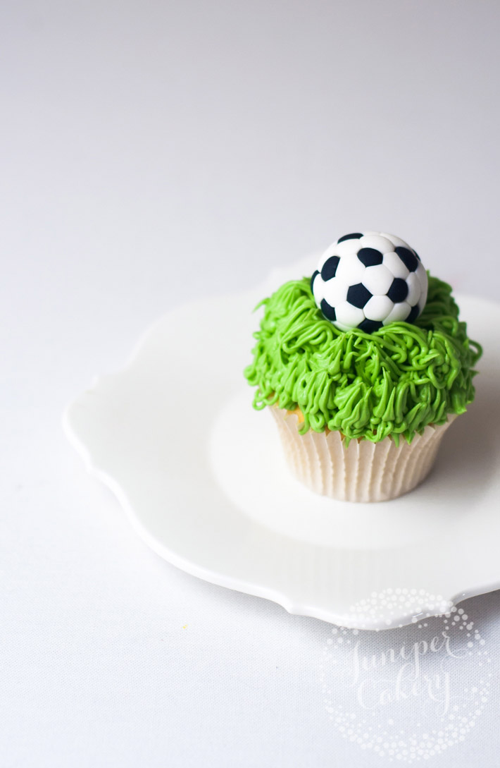 Learn how to make fondant soccer balls with this easy and quick tutorial