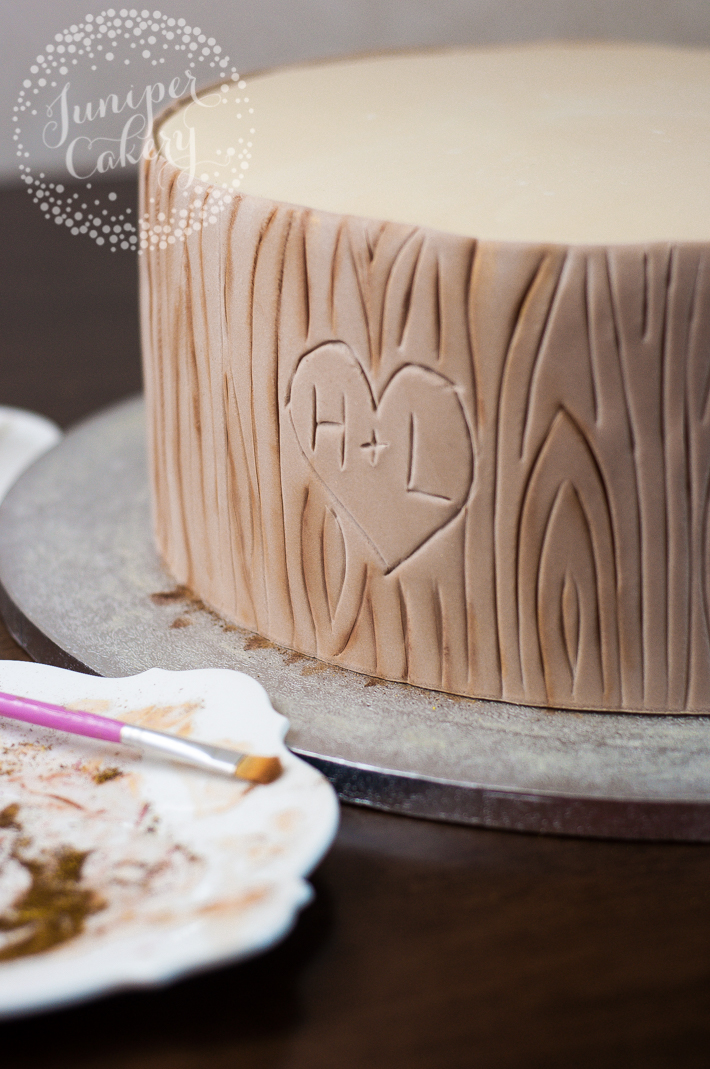Tutorial on how to create a tree bark effect in fondant