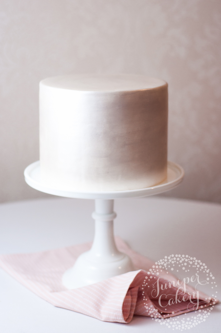Tips and tricks for stenciling cakes