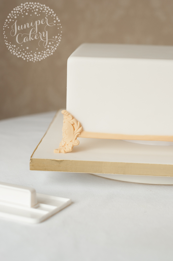 Discover to create a faux cake stand effect